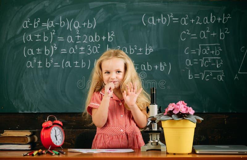 Το μικρό κορίτσι έχει το μάθημα κατά τη διάρκεια του σχολικού χρόνου ο χρόνος του για το σχολείο στοκ εικόνες