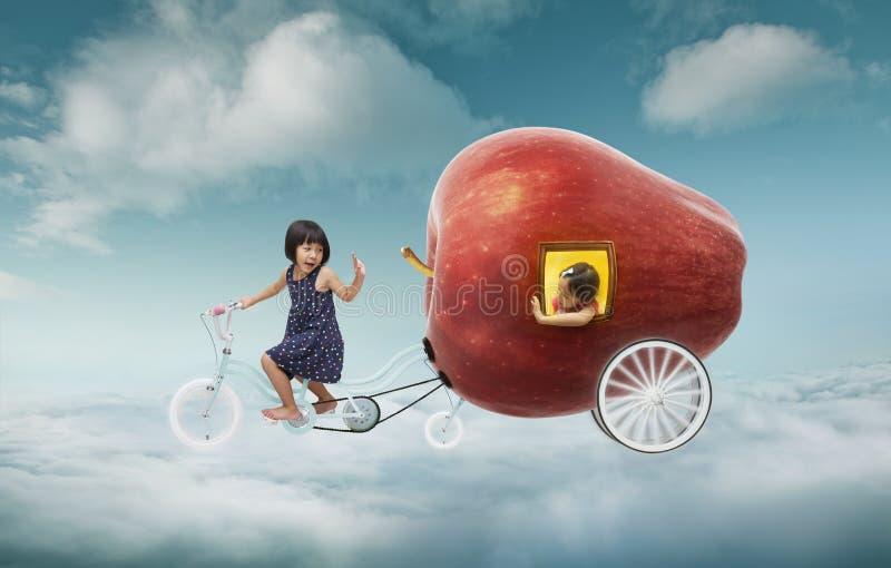 Το μικρό κορίτσι έχει το όνειρό της για να ταξιδεψει στον αέρα στοκ φωτογραφία