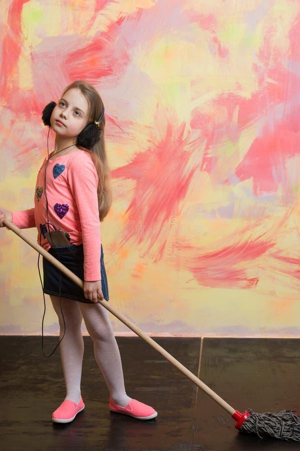 Το μικρό κορίτσι ακούει μουσική με τη σφουγγαρίστρα στοκ φωτογραφία με δικαίωμα ελεύθερης χρήσης