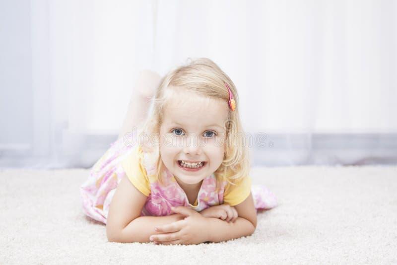 Το μικρό κορίτσι ανθίζει την άνοιξη το φόρεμα στοκ εικόνες