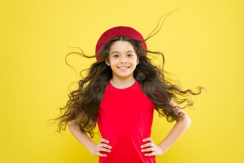 Το μικρό κορίτσι γίνεται μακρυμάλλες Πρότυπο μόδας εφήβων Ανακαλύψτε τη διαφορά Ορίζοντας σγουρή τρίχα Άκρη κομμωτών Κορίτσι παιδ στοκ φωτογραφίες