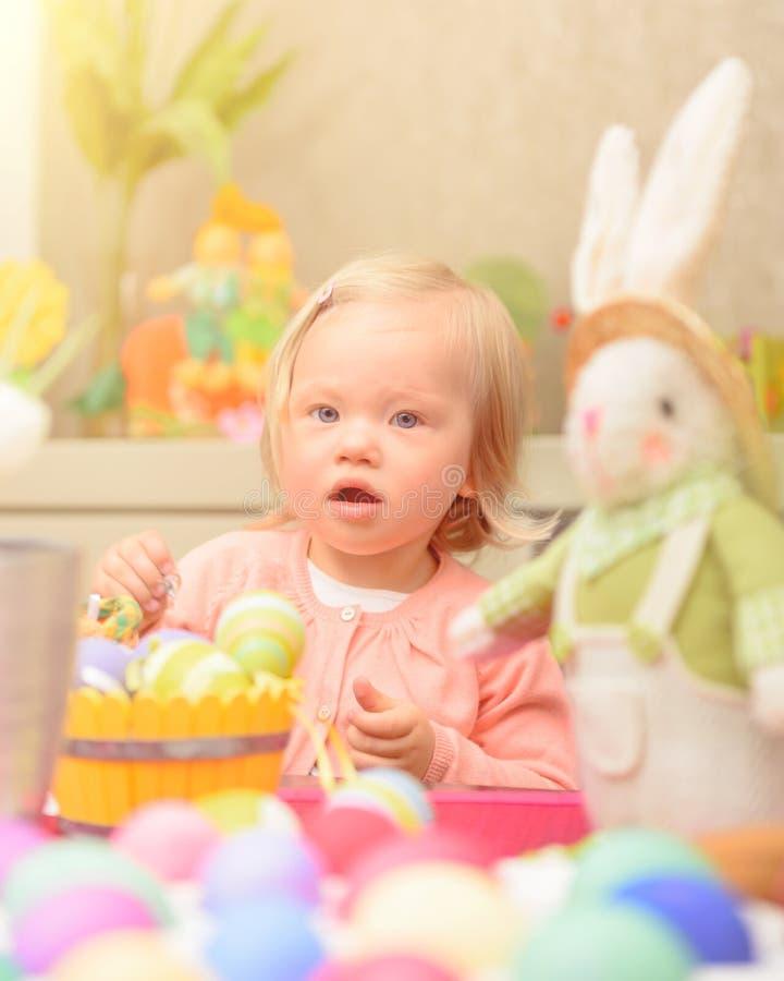 Το μικρό κορίτσι γιορτάζει Πάσχα στοκ φωτογραφίες με δικαίωμα ελεύθερης χρήσης