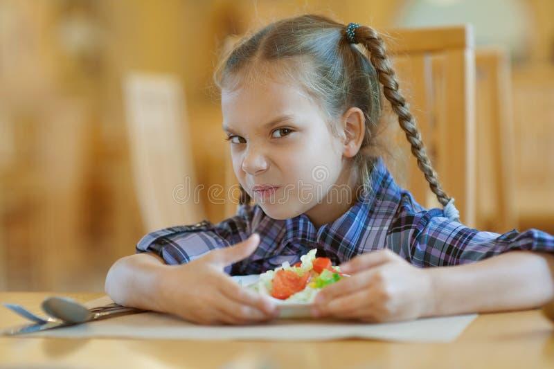 Το μικρό κορίτσι δεν θέλει να μοιραστεί στοκ φωτογραφία