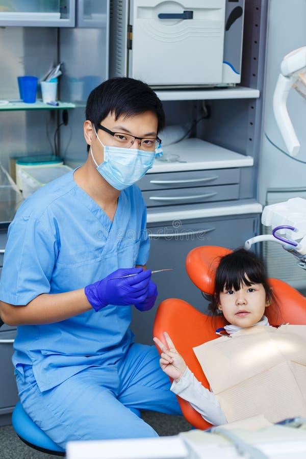 Το μικρό κορίτσι δεν φοβάται τους οδοντιάτρους Γιατρός και το νέο pati του στοκ εικόνες με δικαίωμα ελεύθερης χρήσης