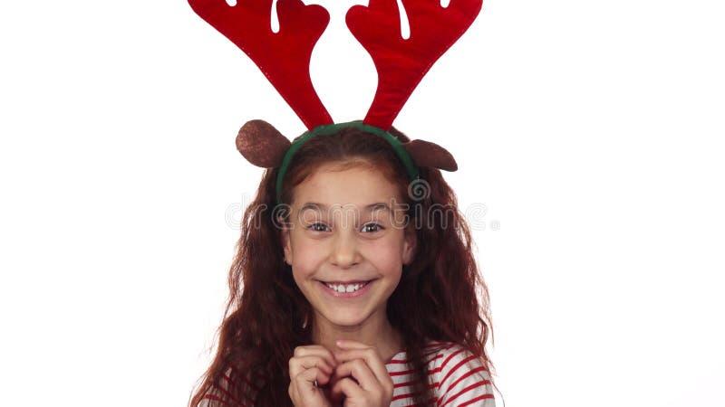 Το μικρό κορίτσι είναι ευχαριστημένο από τις νέες διακοπές έτους στοκ εικόνες