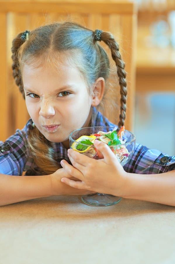 Το μικρό κορίτσι δεν θέλει να μοιραστεί στοκ φωτογραφία με δικαίωμα ελεύθερης χρήσης