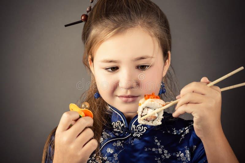 Το μικρό κορίτσι επιλέγει μεταξύ του ειρηνιστή και του ρόλου στοκ εικόνα