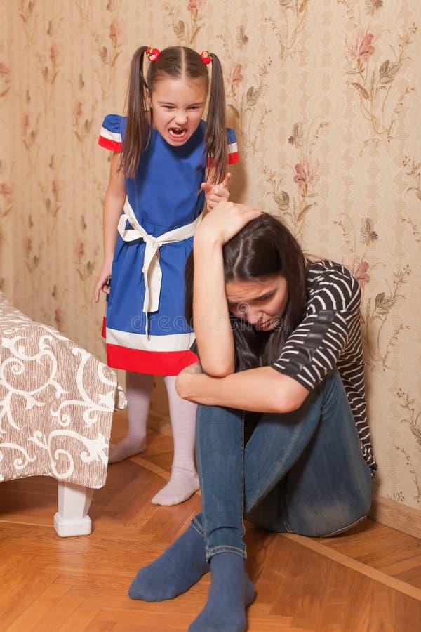 Το μικρό κορίτσι επιπλήττει τη μητέρα της στοκ εικόνες