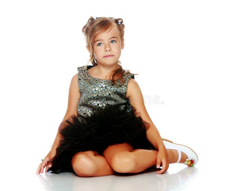 Το μικρό κορίτσι κάθεται στο πάτωμα στοκ εικόνες με δικαίωμα ελεύθερης χρήσης