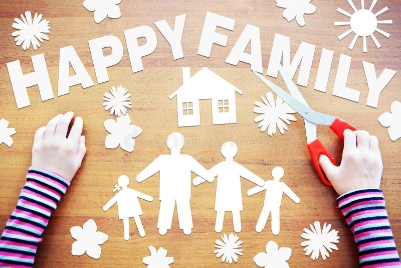 Το μικρό κορίτσι κάνει τη σύνθεση για την ευτυχή οικογένεια στοκ εικόνα με δικαίωμα ελεύθερης χρήσης
