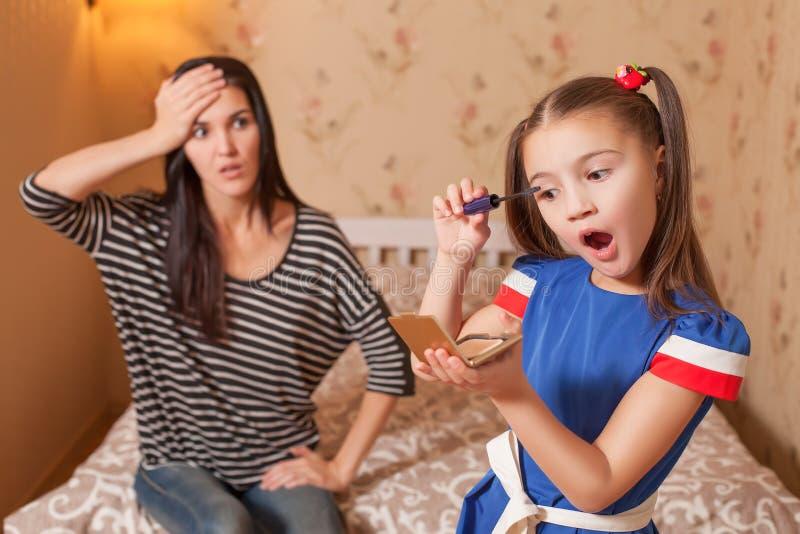 Το μικρό κορίτσι κάνει makeup στοκ εικόνες με δικαίωμα ελεύθερης χρήσης