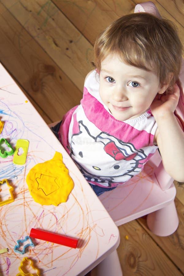 Το μικρό κορίτσι και το σπίτι στον άργιλο στοκ εικόνες