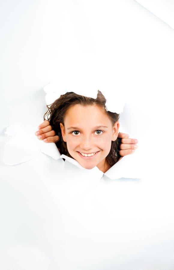 Το μικρό κορίτσι κοιτάζει με το φύλλο της σχισμένης Λευκής Βίβλου στοκ εικόνες