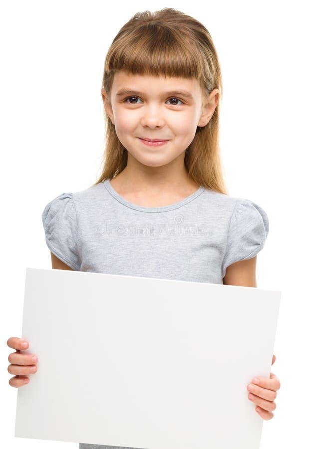 Το μικρό κορίτσι κρατά το κενό έμβλημα στοκ εικόνα