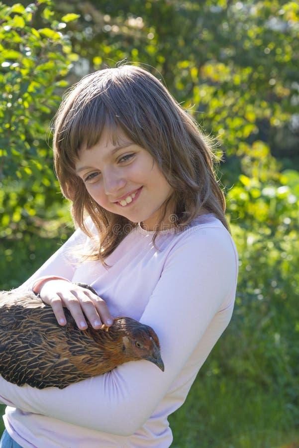 Το μικρό κορίτσι λίγος αγρότης κρατά μια κότα στοκ φωτογραφία με δικαίωμα ελεύθερης χρήσης