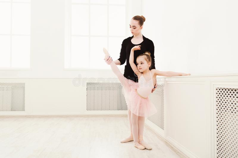 Το μικρό κορίτσι μαθαίνει το μπαλέτο με το διάστημα αντιγράφων δασκάλων στοκ εικόνες με δικαίωμα ελεύθερης χρήσης
