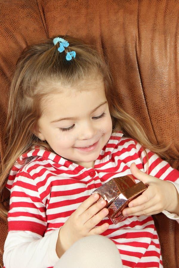 Το μικρό κορίτσι με ένα κιβώτιο δώρων στοκ φωτογραφίες με δικαίωμα ελεύθερης χρήσης