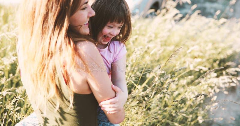 Το μικρό κορίτσι με ειδικές ανάγκες απολαμβάνει ο χρόνος με τη μητέρα στοκ εικόνες