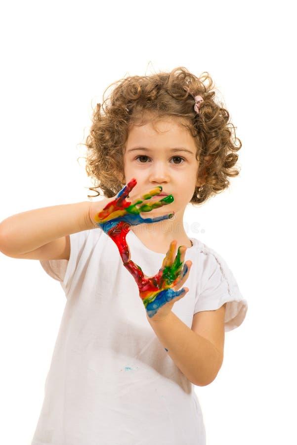 Το μικρό κορίτσι με ζωηρόχρωμο παραδίδει τα χρώματα στοκ φωτογραφία με δικαίωμα ελεύθερης χρήσης