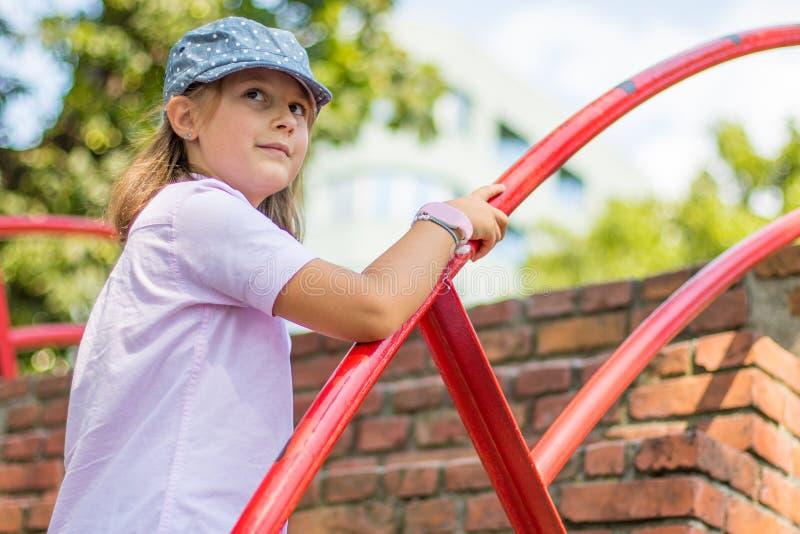 Το μικρό κορίτσι με το καπέλο αναρριχείται στα σκαλοπάτια τούβλου στοκ εικόνα με δικαίωμα ελεύθερης χρήσης