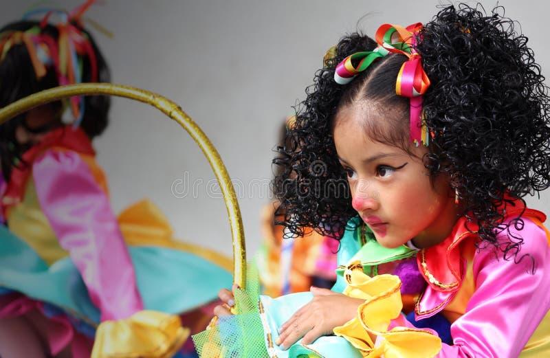 Το μικρό κορίτσι με τον κλόουν αποτελεί στοκ φωτογραφίες
