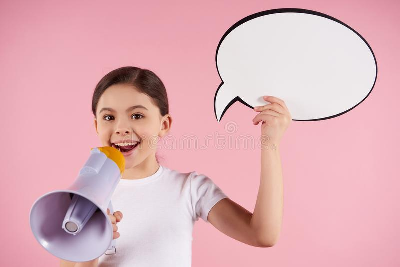 Το μικρό κορίτσι μιλά megaphone στην ομιλία εκμετάλλευσης στοκ φωτογραφία