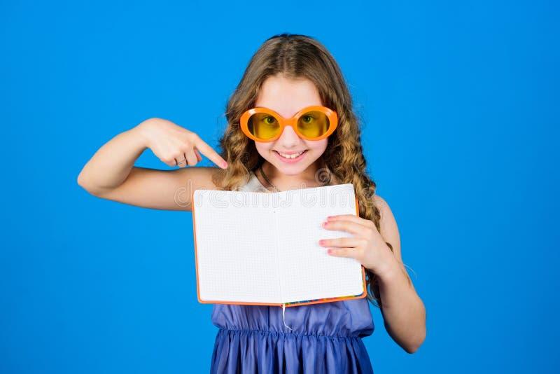 Το μικρό κορίτσι ομορφιάς γράφει τις μνήμες της παραγωγή των σχεδίων για τις καλοκαιρινές διακοπές και τις διακοπές σημειώσεις ημ στοκ εικόνες