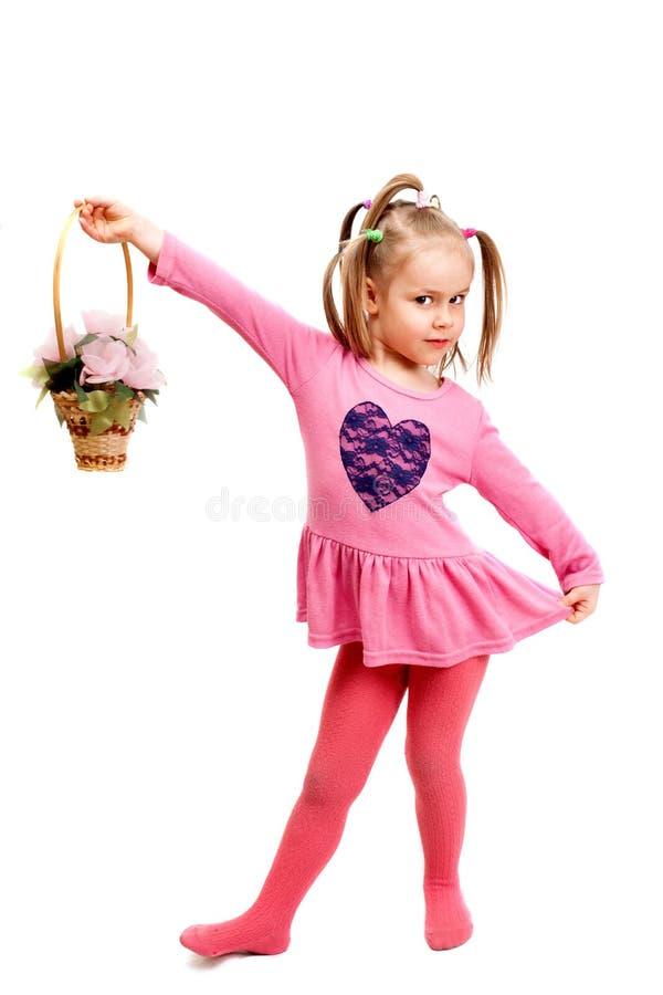 Το μικρό κορίτσι παίζει με το καλάθι στοκ φωτογραφία με δικαίωμα ελεύθερης χρήσης