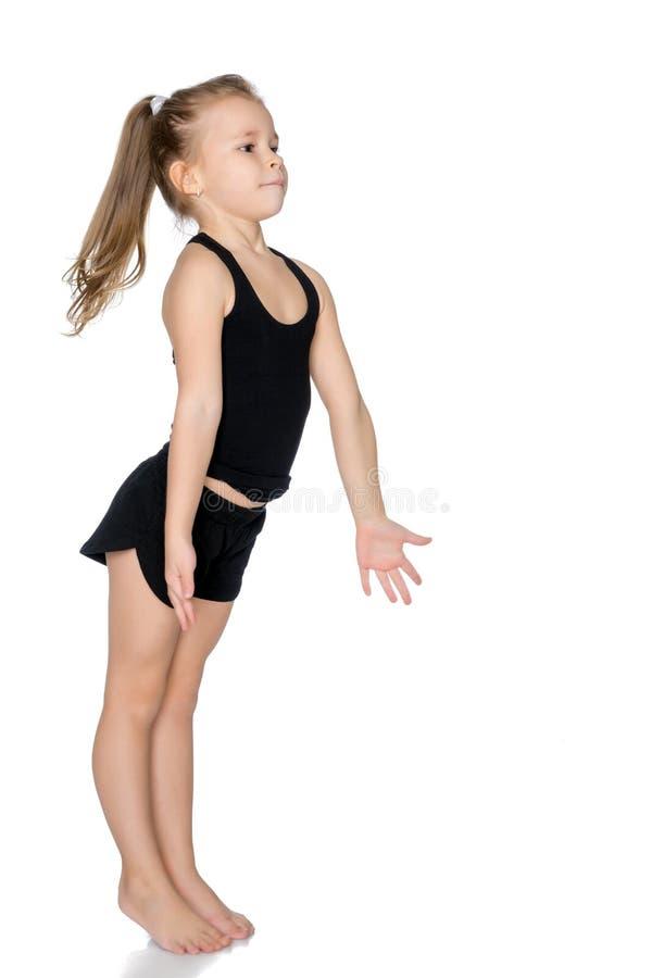 Το μικρό κορίτσι πιάνει τη σφαίρα στοκ εικόνες