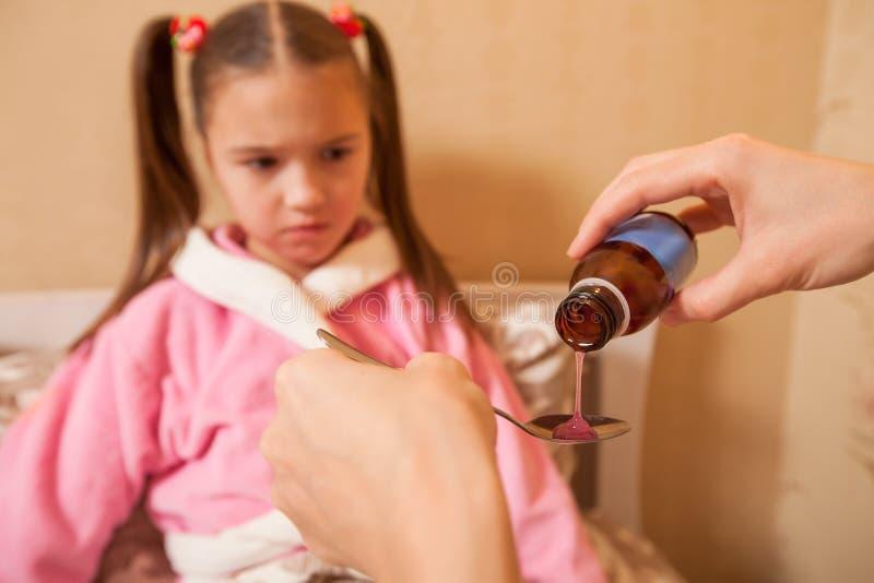Το μικρό κορίτσι πρόκειται να πάρει την ιατρική στοκ φωτογραφίες