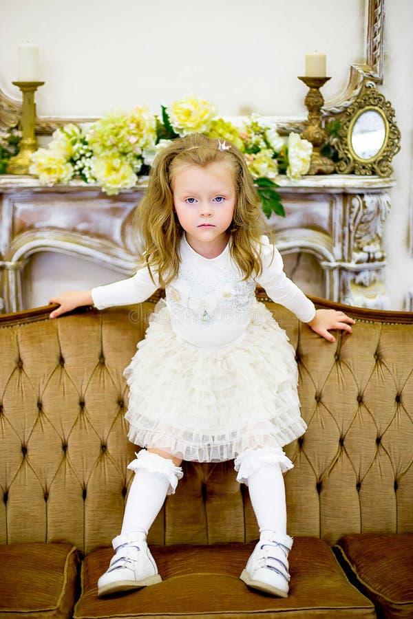 Το μικρό κορίτσι σε έναν καναπέ στοκ φωτογραφία με δικαίωμα ελεύθερης χρήσης