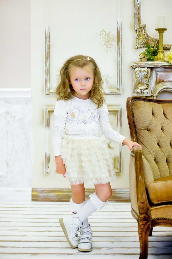Το μικρό κορίτσι σε έναν καναπέ στοκ φωτογραφίες