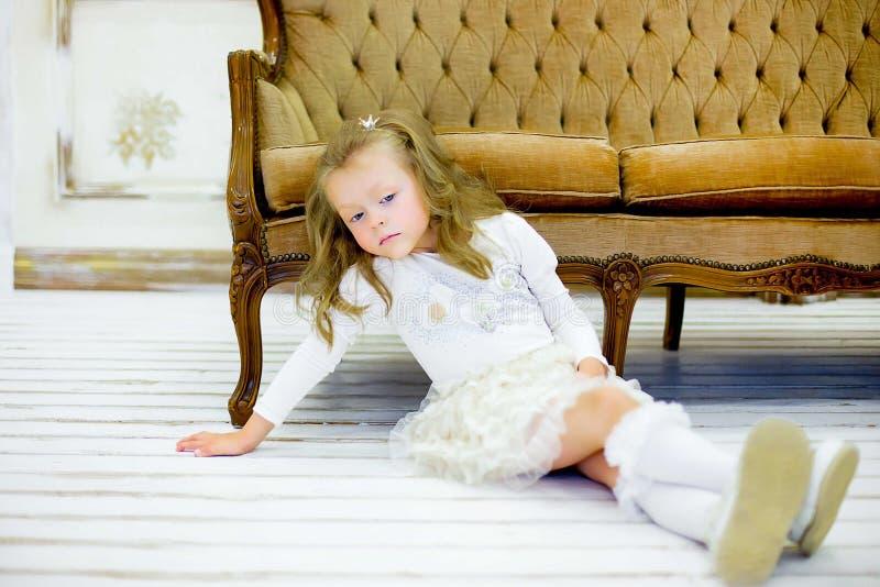 Το μικρό κορίτσι σε έναν καναπέ στοκ εικόνες με δικαίωμα ελεύθερης χρήσης