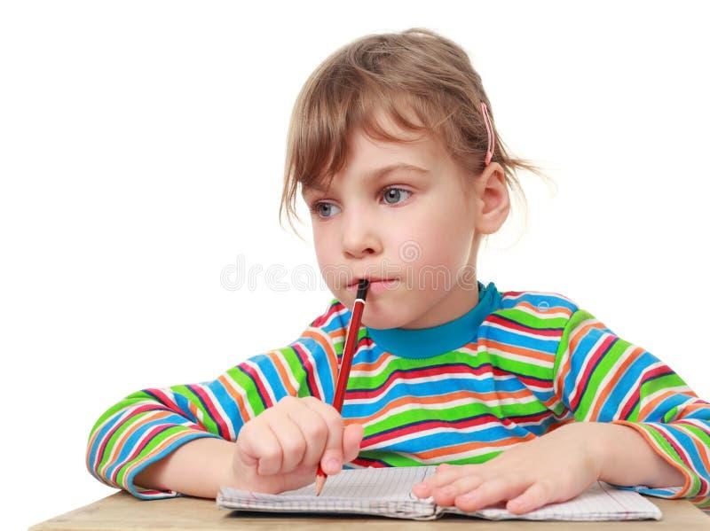 Το μικρό κορίτσι σκέφτεται, μολύβι διαθέσιμο στοκ εικόνες