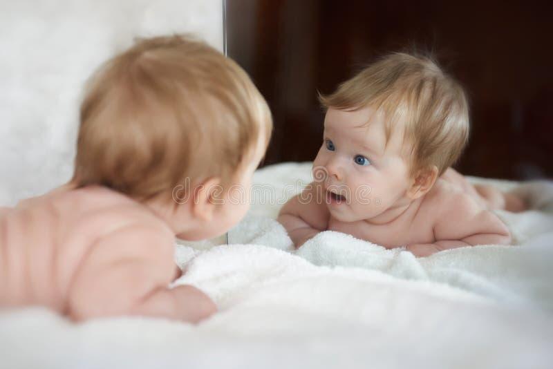 Το μικρό κορίτσι συνάντησε έναν νέο φίλο στην αντανάκλαση καθρεφτών στοκ εικόνες