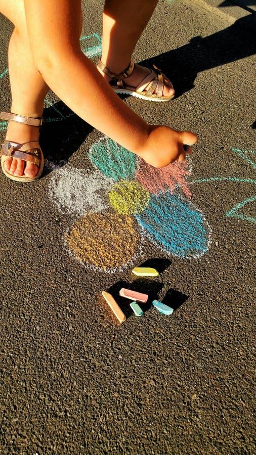 το μικρό κορίτσι σύρει τα κραγιόνια στοκ εικόνα με δικαίωμα ελεύθερης χρήσης