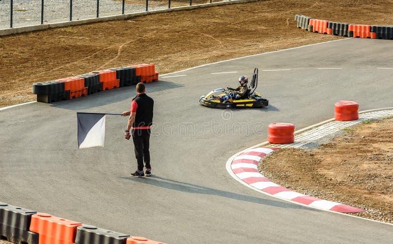 Το μικρό κορίτσι τελειώνει το γύρο με Go- Kart το αυτοκίνητο σε ένα playgro στοκ φωτογραφία