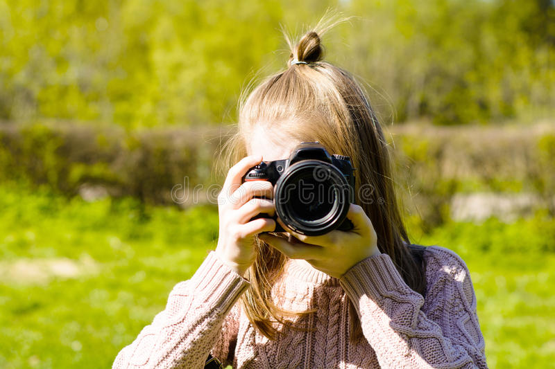 Το μικρό κορίτσι της Νίκαιας παίρνει τις εικόνες στοκ εικόνα με δικαίωμα ελεύθερης χρήσης