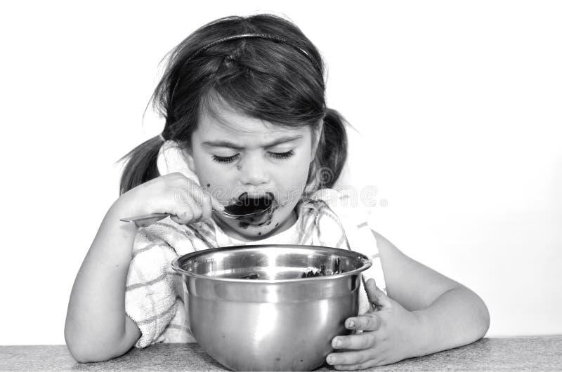 Το μικρό κορίτσι τρώει την κρέμα σοκολάτας στοκ φωτογραφία με δικαίωμα ελεύθερης χρήσης