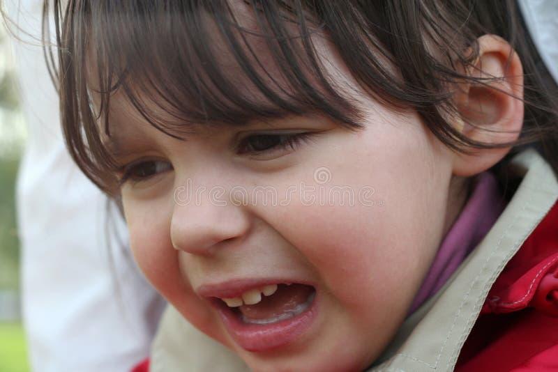 Το μικρό κορίτσι φωνάζει στοκ φωτογραφία