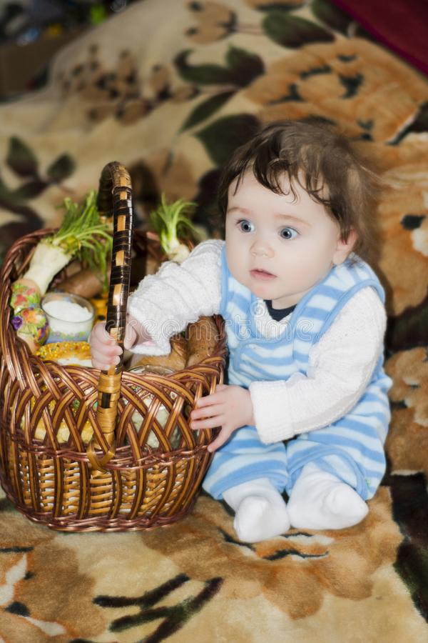 Το μικρό κορίτσι χαίρεται για το εορταστικό καλάθι στοκ φωτογραφία