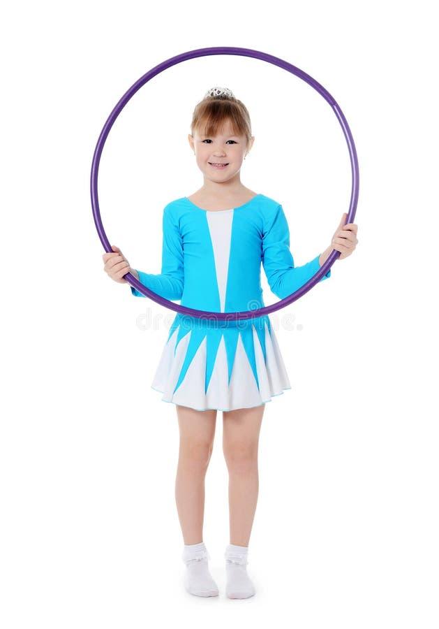 Το μικρό κορίτσι gymnast ασκεί στοκ φωτογραφία
