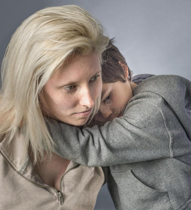 Το μικρό παιδί αγκαλιάζει τη μητέρα του στοκ φωτογραφία με δικαίωμα ελεύθερης χρήσης