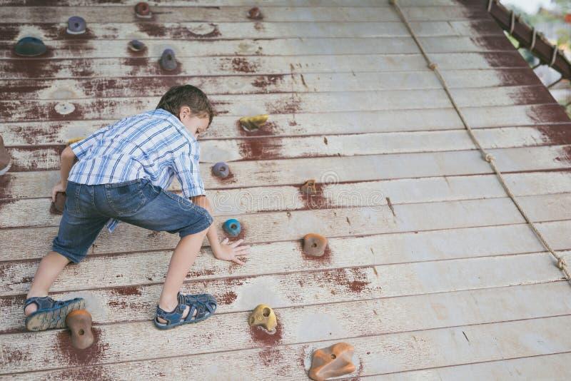 Το μικρό παιδί κάνει την αναρρίχηση στο πάρκο περιπέτειας στοκ φωτογραφία με δικαίωμα ελεύθερης χρήσης