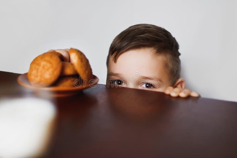 Το μικρό παιδί κλέβει τα μπισκότα στοκ φωτογραφίες με δικαίωμα ελεύθερης χρήσης