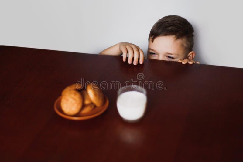 Το μικρό παιδί κλέβει τα μπισκότα στοκ εικόνα με δικαίωμα ελεύθερης χρήσης