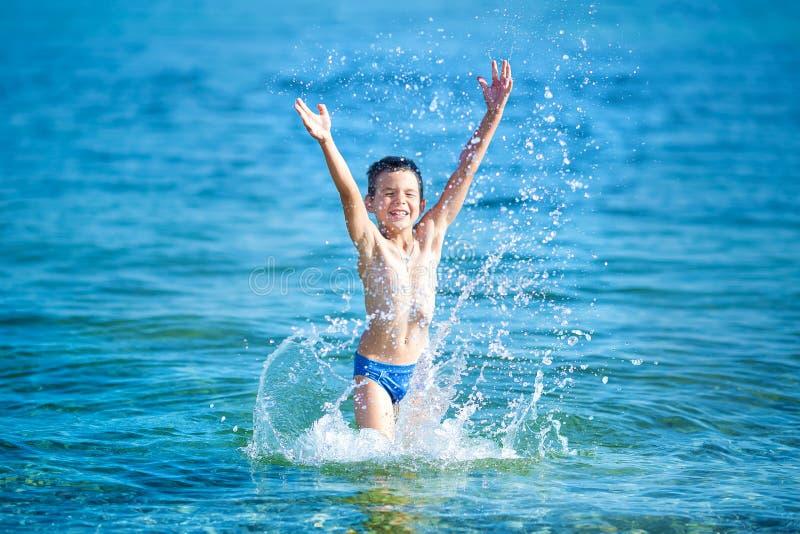 Το μικρό παιδί με κολυμπά με αναπνευτήρα θαλασσίως Χαριτωμένο παιδάκι που φορά τη μάσκα και τα βατραχοπέδιλα για την κατάδυση στη στοκ εικόνα με δικαίωμα ελεύθερης χρήσης