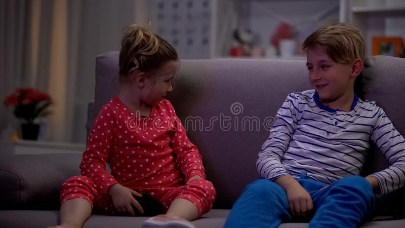 Το μικρό παιδί που κερδίζει τον τηλεοπτικό κύκλο παιχνιδιών, να πάρει αδελφών που ανατρέπεται, παίζει τον ανταγωνισμό στοκ φωτογραφία
