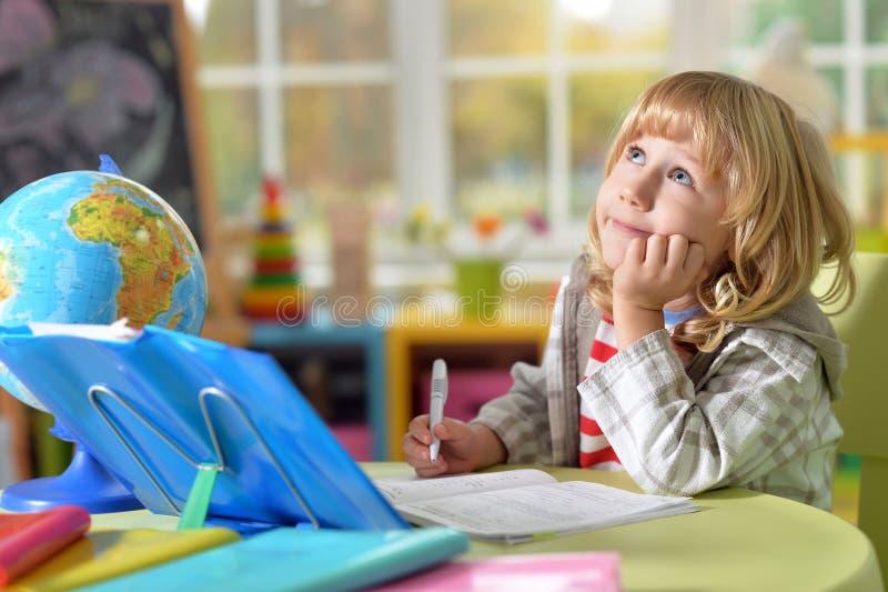 Το μικρό παιδί κάνει την εργασία στοκ εικόνα