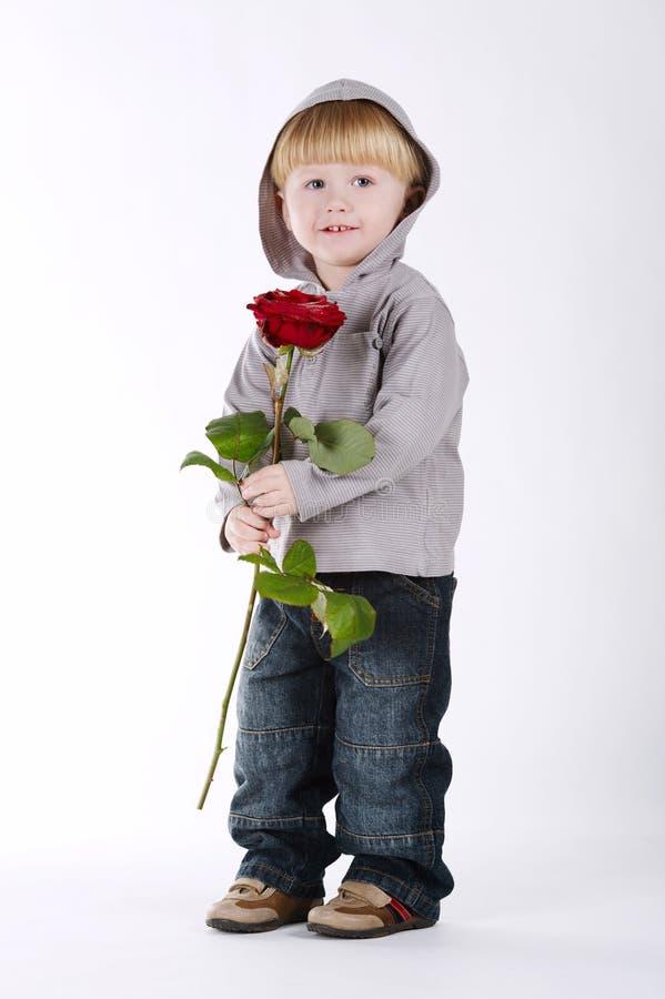 Το μικρό παιδί με αυξήθηκε στο λευκό στοκ φωτογραφία
